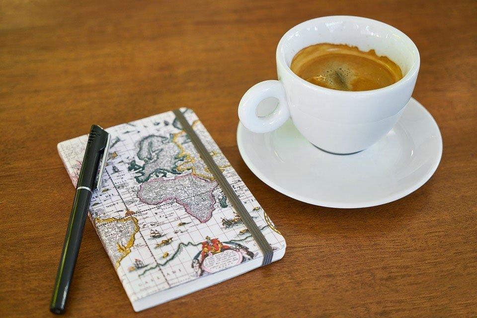 libreta pequeña con café. formas en las que el Bullet Journal te ayuda a lograr tus objetivos