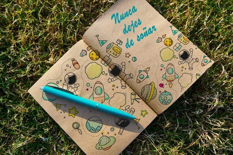 Nunca dejes de soñar. Frase en libreta. formas en las que el Bullet Journal te ayuda a lograr tus objetivos.
