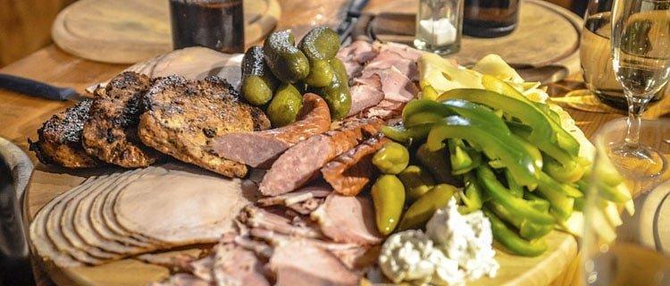 tabla o plato de comida de carne y verdura¿Por qué el público todavía ve Masterchef? Pasión por la cocina