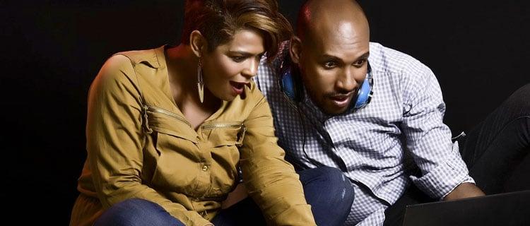 Pareja afroamericana frente a tablet viendo un vídeo. Por qué no me gustan los reality shows