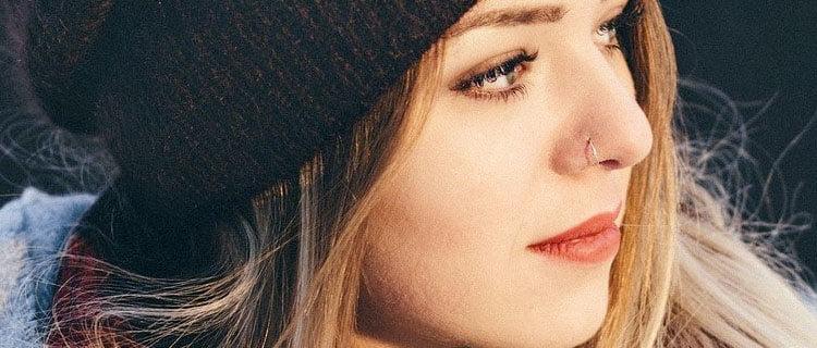 Piercing en la fosa nasal aro. Los principales piercings de moda