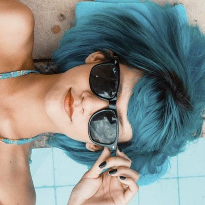 chica con pelo azul en piscina Snippet